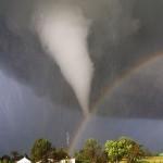 Un tornado y un arcoiris sobre Kansas