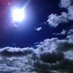 Sol, viento y nubes a través de un móvil