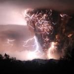 Un rayo impacta en una nube de ceniza volcánica