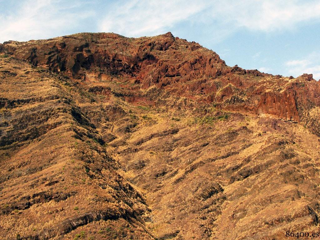Conjunto de cuevas en la cima de la montaña
