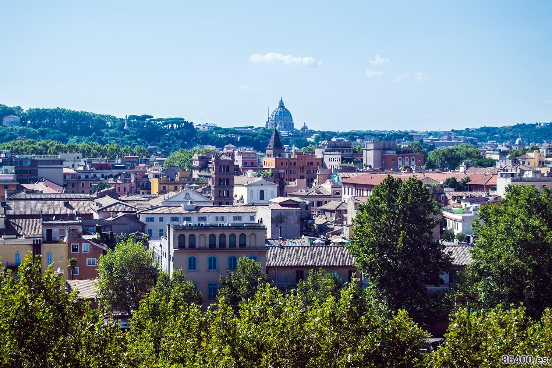 Vista de la cúpula de San Pedro desde el mirador del parque Savello o Jardín de los Naranjos en Roma