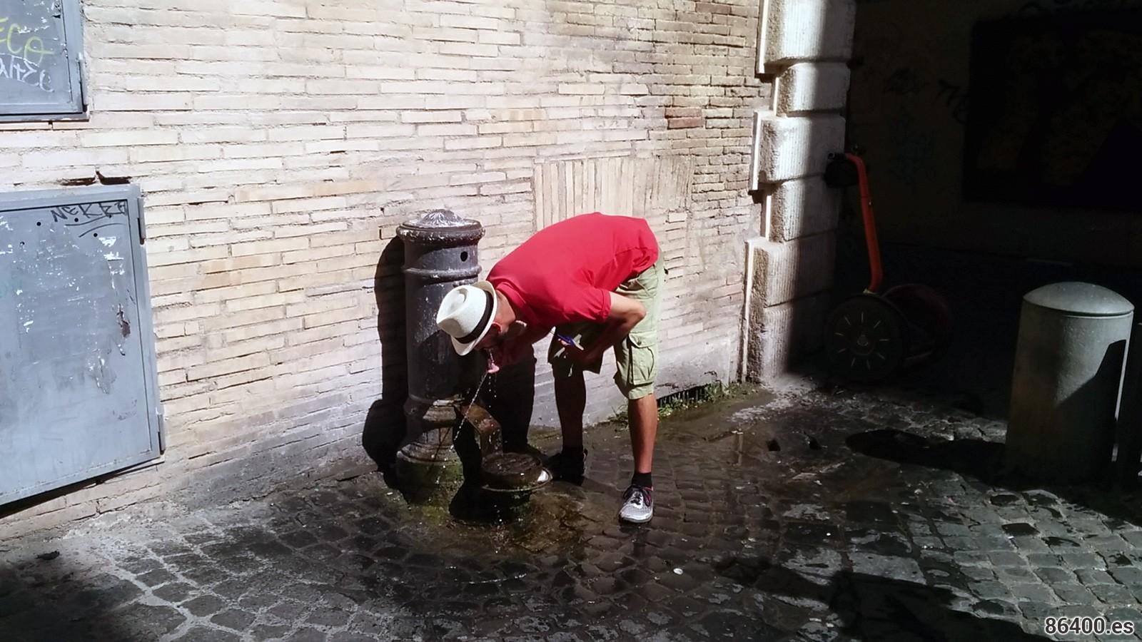 Gianluca haciendo una demostración de cómo se bebe de una fuente a la manera romana