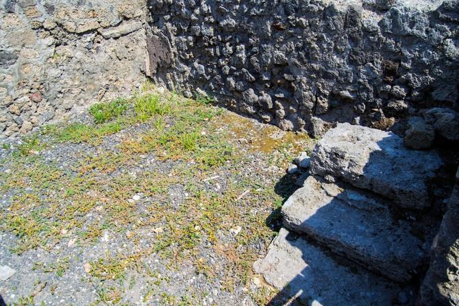 Escaleras de piedra en el restaurante de comida para llevar en Pompeya