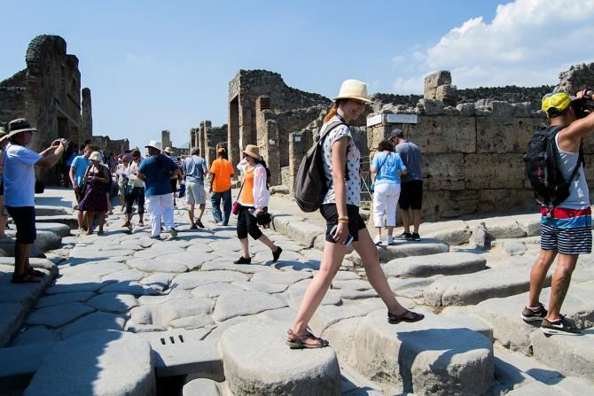 Nerea cruzando un paso de cebra en Pompeya