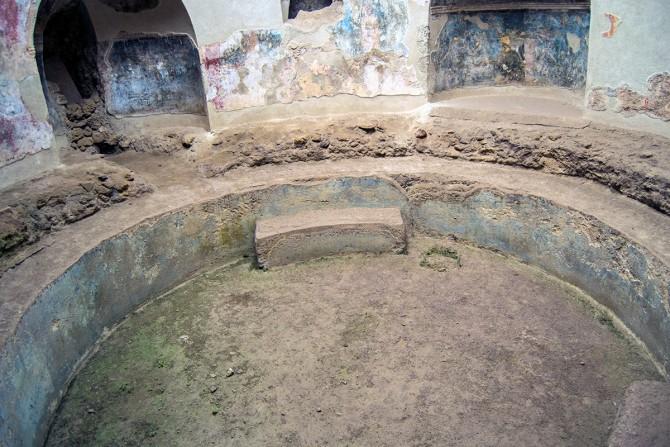 Baños de agua fría con asiento en los baños públicos de Pompeya