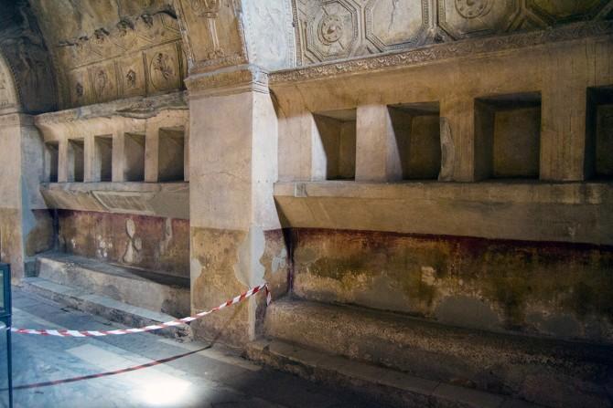 Vestuarios con huecos para dejar las pertenencias en los baños públicos de Pompeya