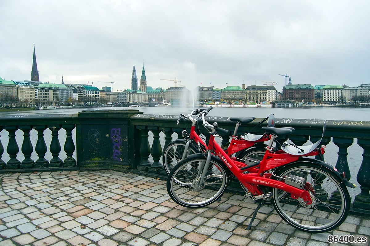 Vistas de la ciudad desde los puentes que separan los lagos Alters Hamburgo