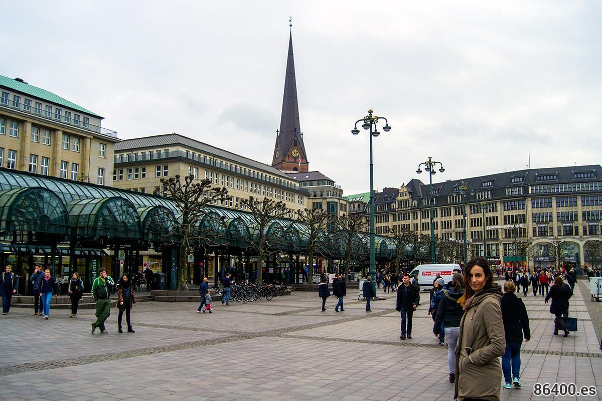 Nerea en la plaza del ayuntamiento con la iglesia de St. Petri al fondo