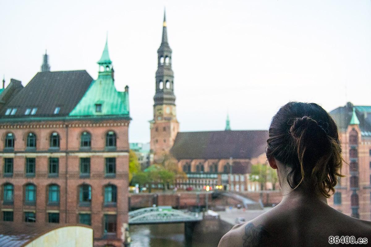 Nerea contemplando las vistas desde habitación del Hotel Ameron Collection tras una ducha relajante
