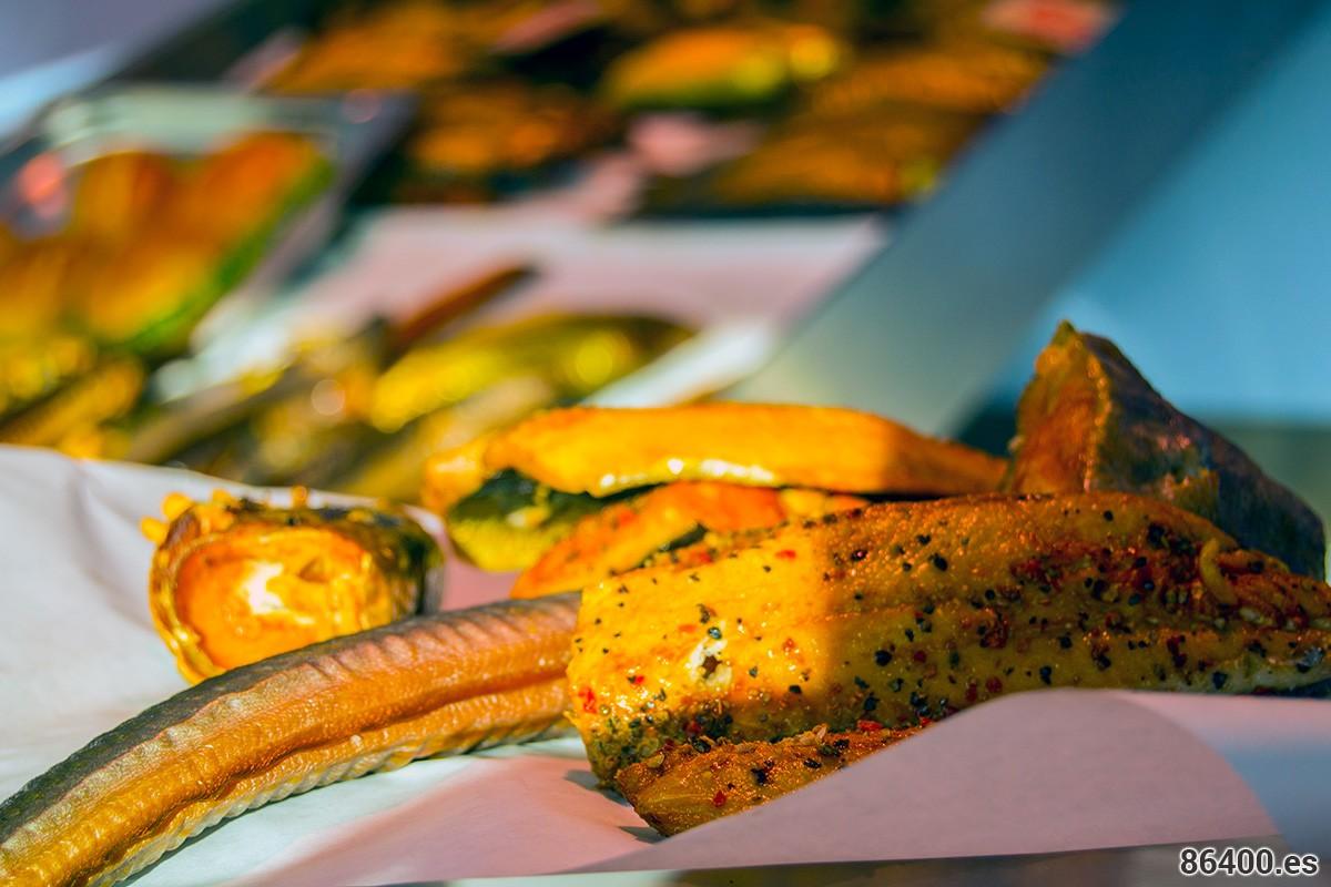 Pescado asado para llevar y comer en el Fischmarkt de Altona de los domingos