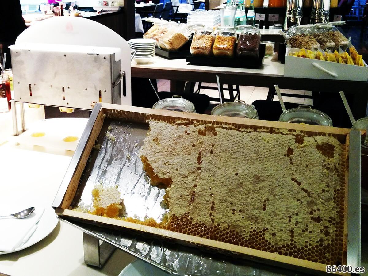 Presentación de miel en el restaurante del Hotel Ameron Collection