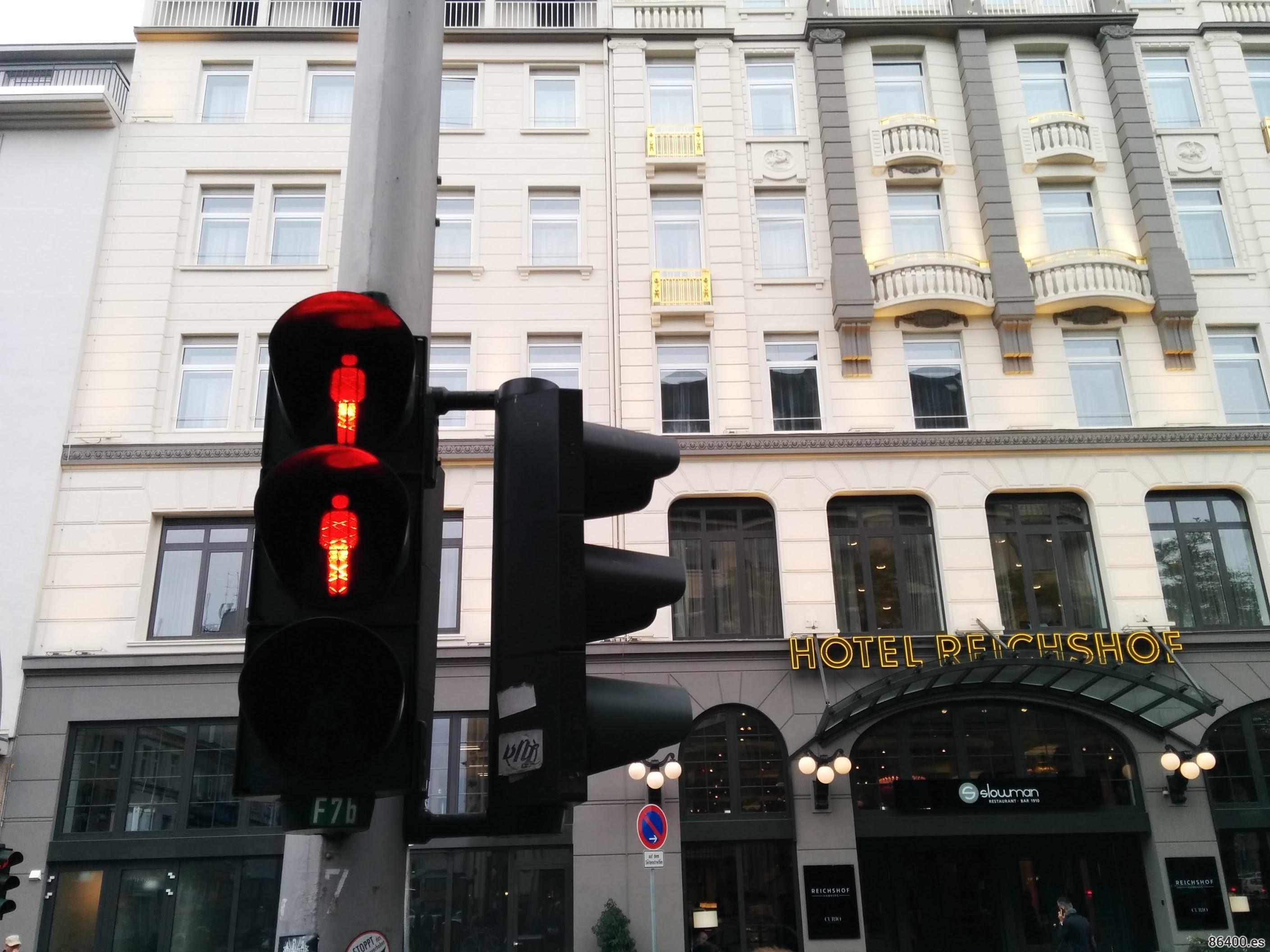 Dos hombrecillos rojos en el semáforo frente al Hotel Reichshof de Hamburgo