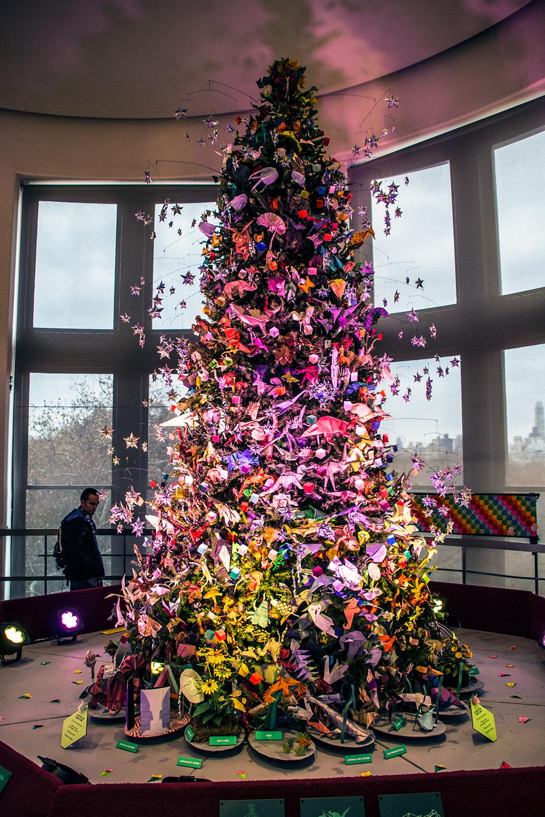 Árbol de navidad decorado de Origami en el Museo Americano de Historia Natural - New York CityPass