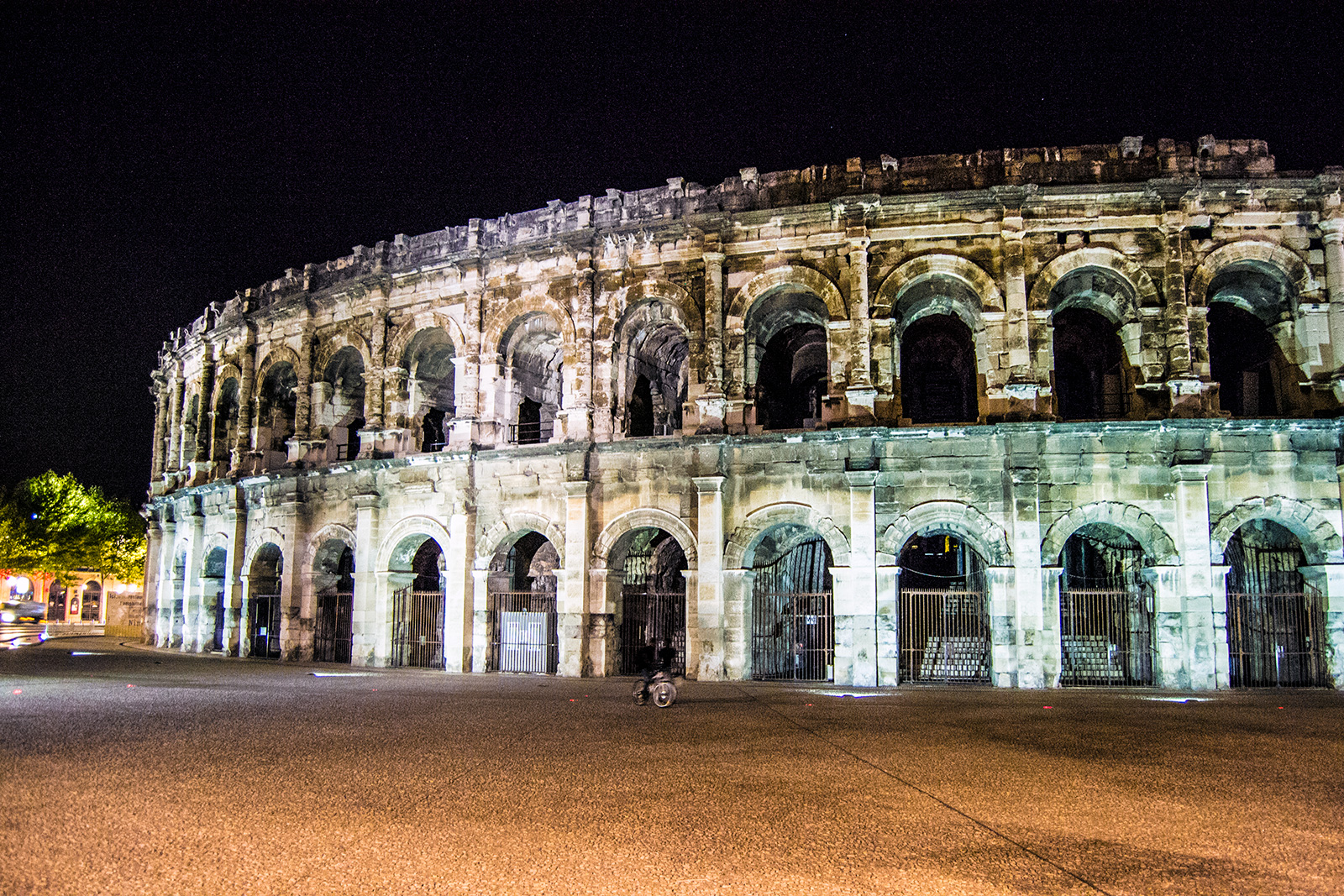 Arena de Nimes de noche - qué ver en Nimes