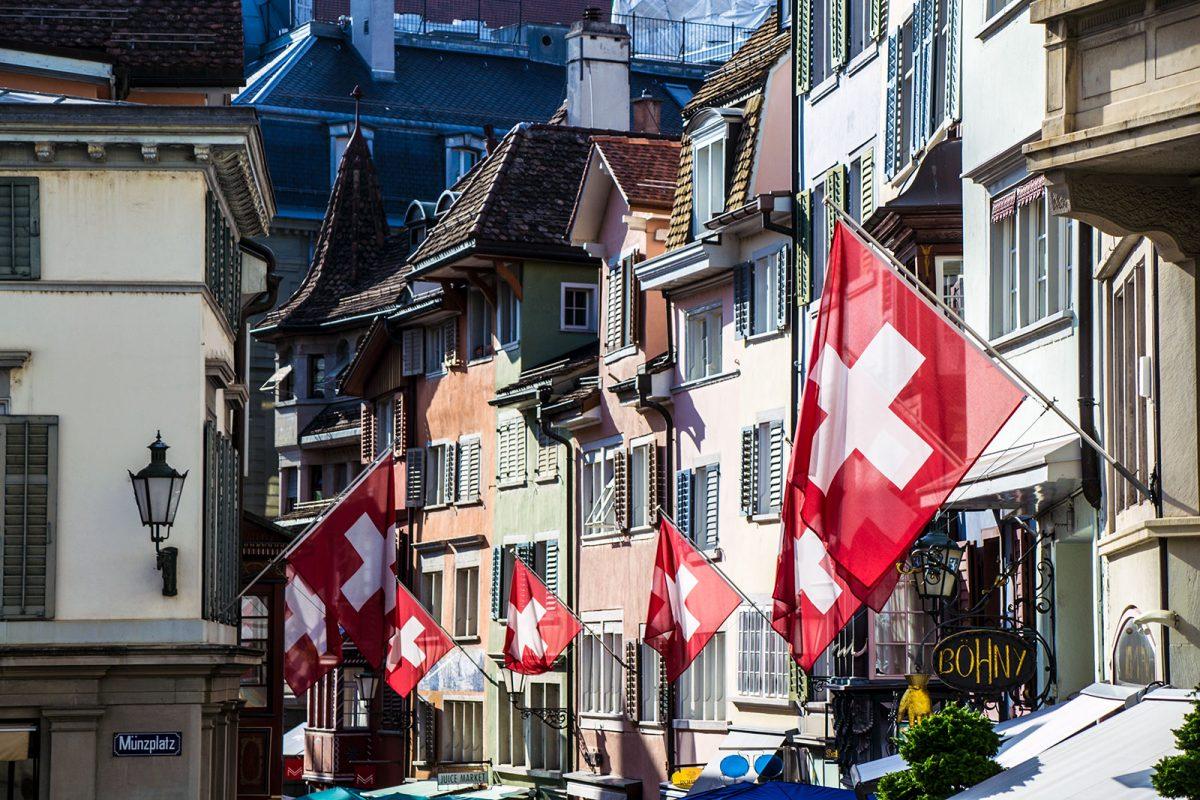 Calle de Zúrich con banderas Suizas - que ver en Zúrich