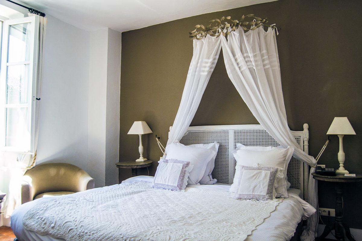 Cama con dosel hotel Mas de Castelas - un día en Saint-Tropez