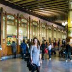 Nerea en el interior de la estación del Norte de Valencia - Un día en Valencia