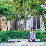Nerea en el patio de los naranjos de la Lonja de la Seda o de los Mercaderes - Un día en Valencia