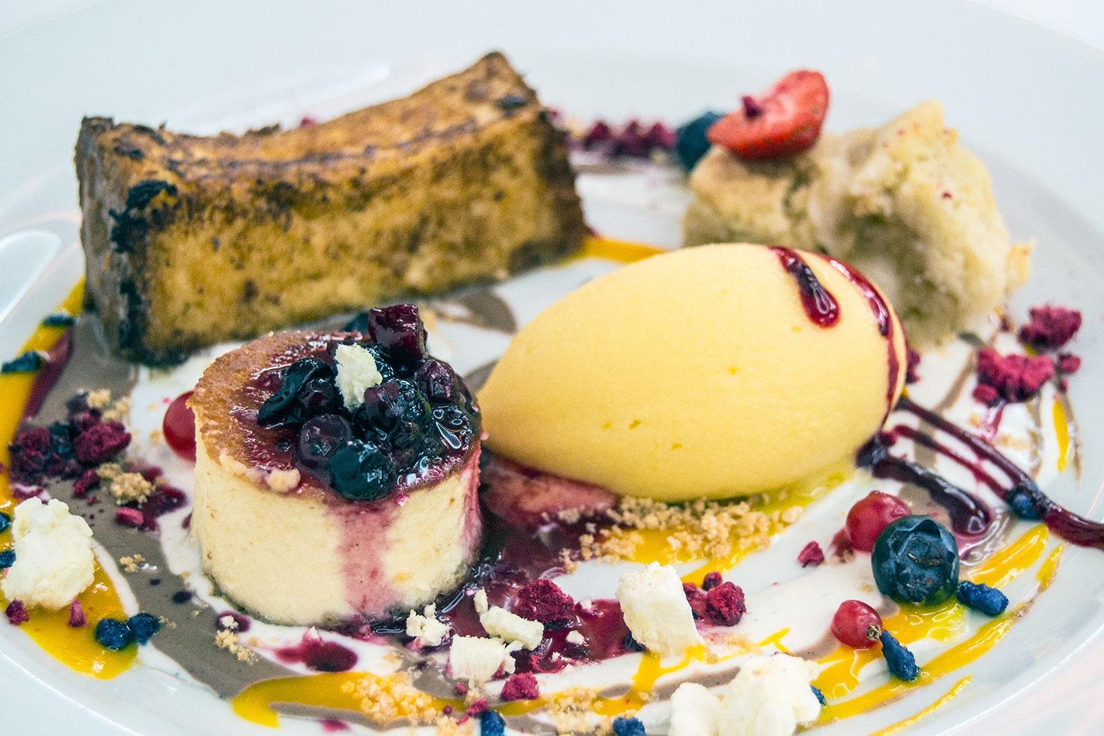 Degustación de postres: Pastel de cacao y nueces, tarta de queso horneada y helado – Restaurante Kaskazuri