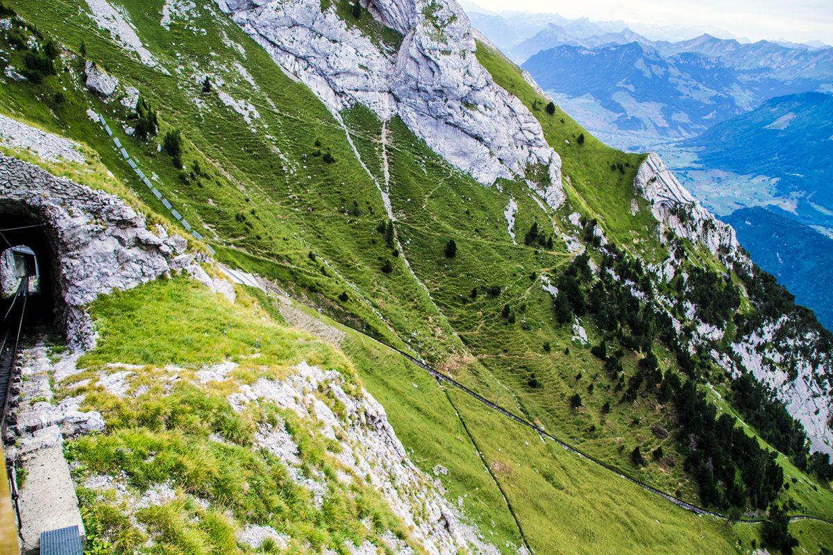Descenso empinado en el tren cremallera Pilatus 2 - tren cremallera Monte Pilatus