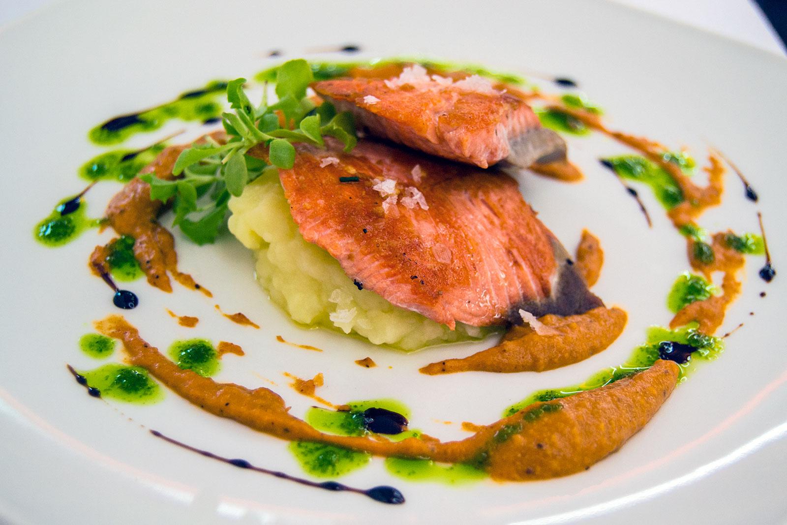 Escalope de salmón salvaje con salsa de espárragos