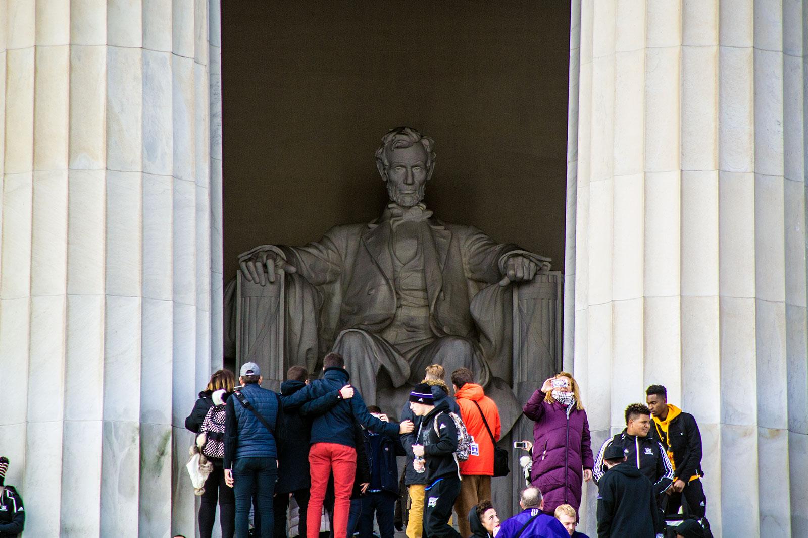 Escultura de Lincoln y turistas - excursiones desde Nueva York