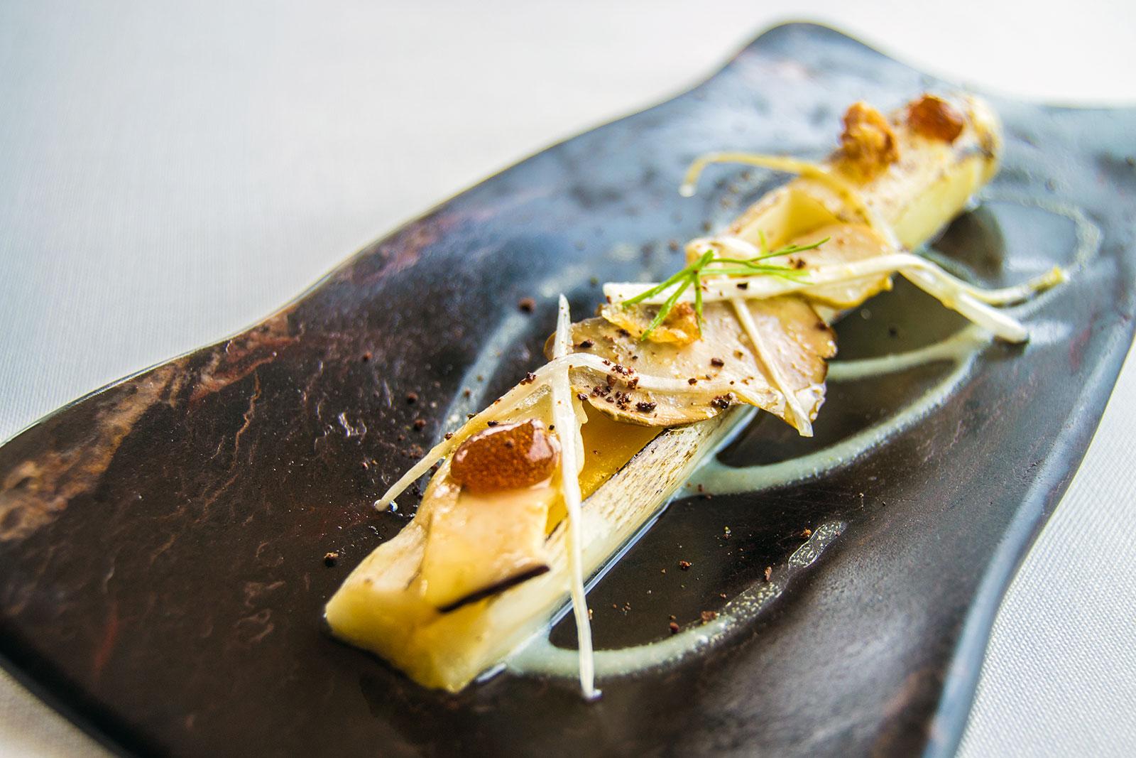 Espárragos frescos con emulsión de yema y trufa, hongos en escabeche y papada - El Mirador de Ulía