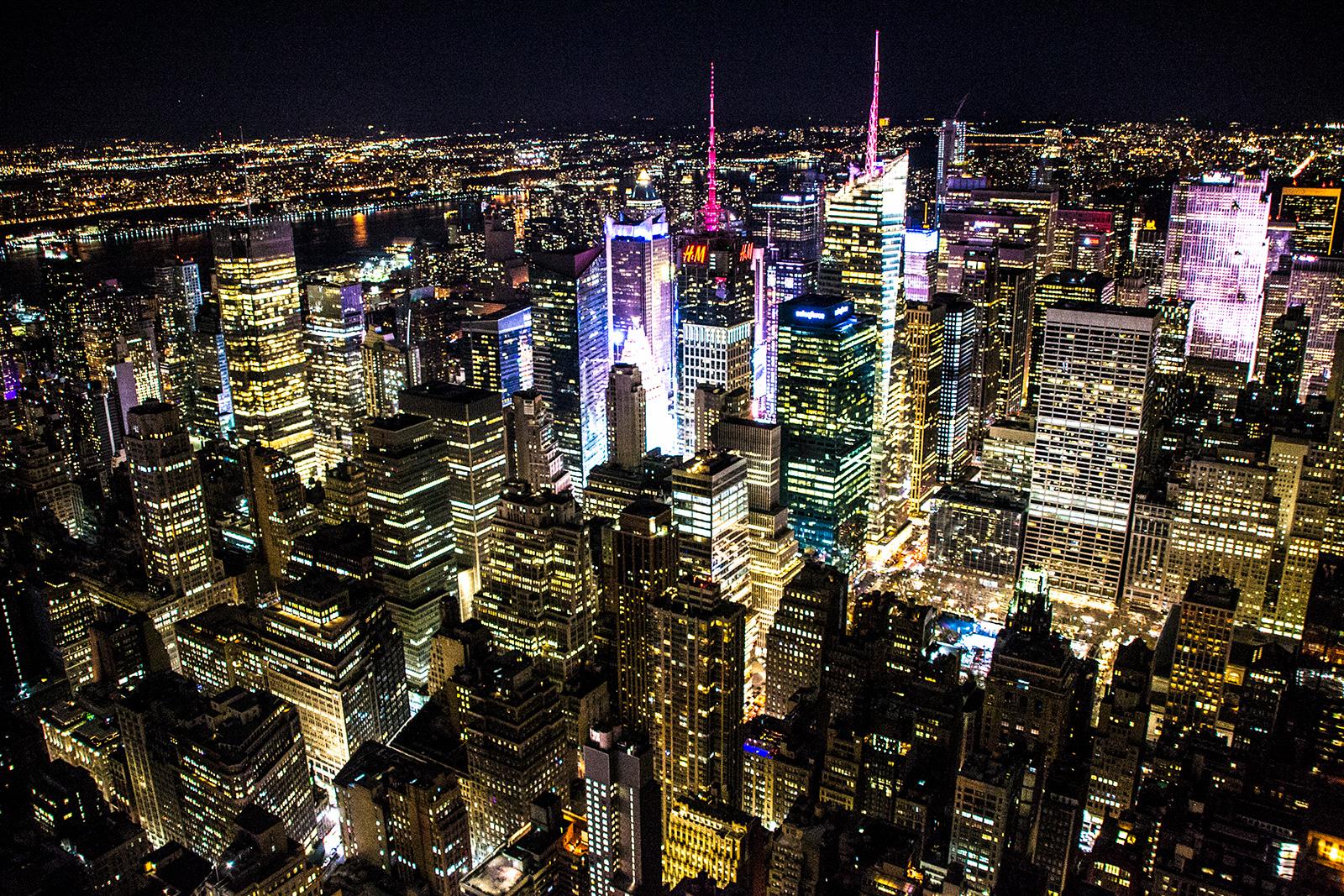 Foco de luz en Times Square desde el Empire State Building por la noche - New York CityPass