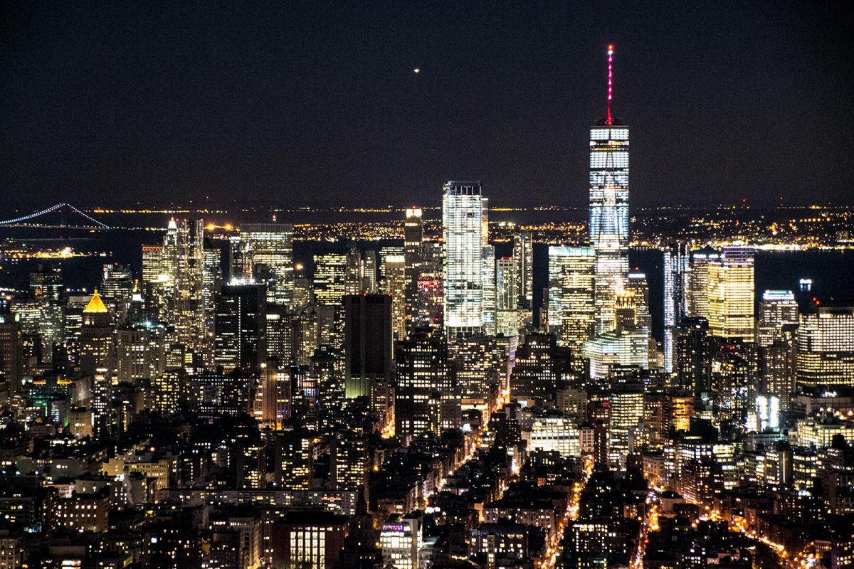 Freedom Tower desde el Empire State Building por la noche - New York CityPass