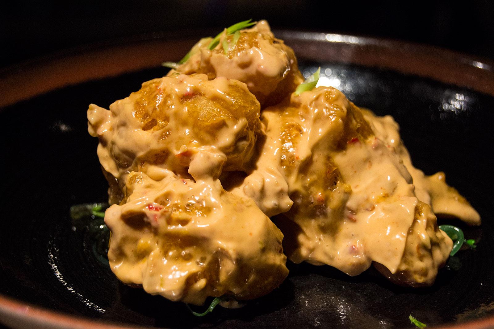 Gambas en tempura, salsa Toban Djan, wakame con sésamo - Lamadame
