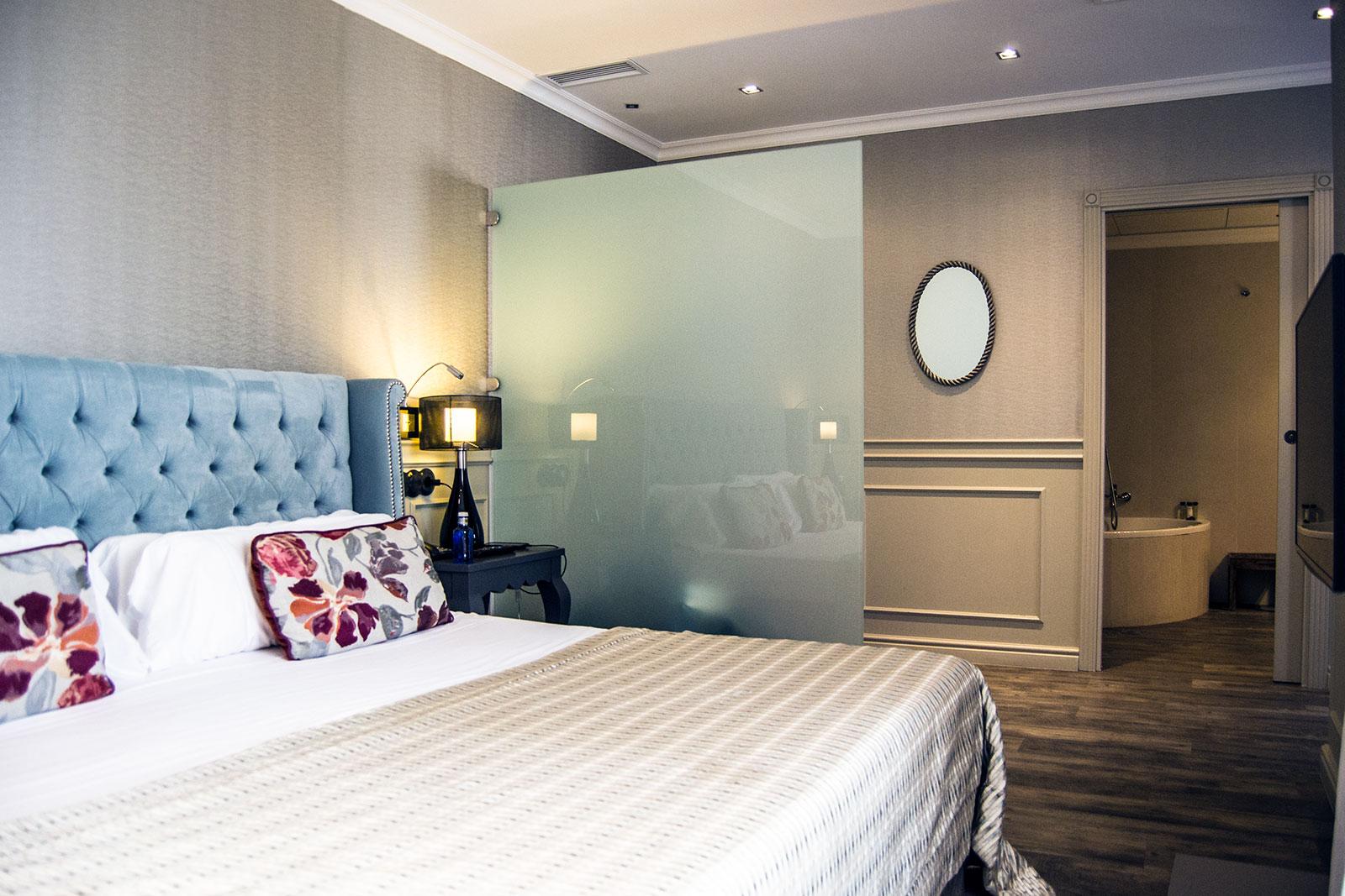 Habitación y baño del Hotel Avenida Palace