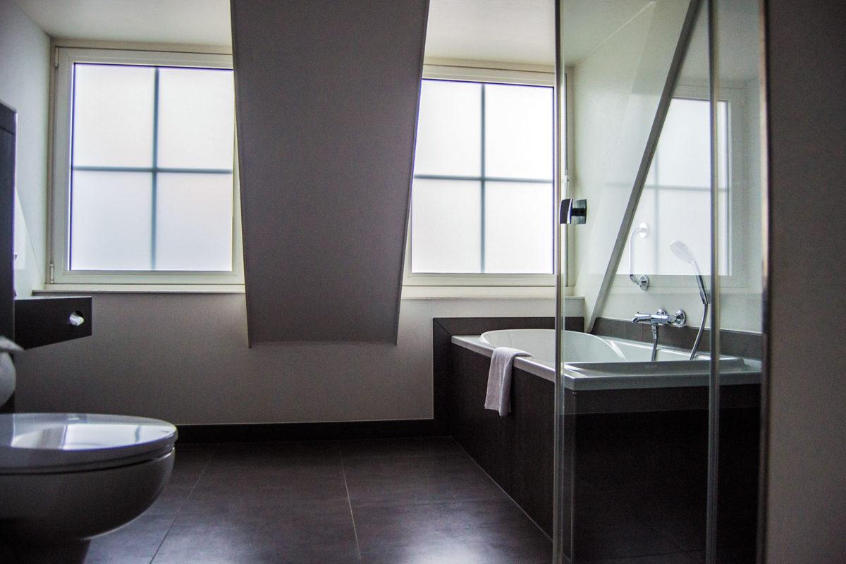 Moderno baño con bañera y ducha en el Inntel Zaandam