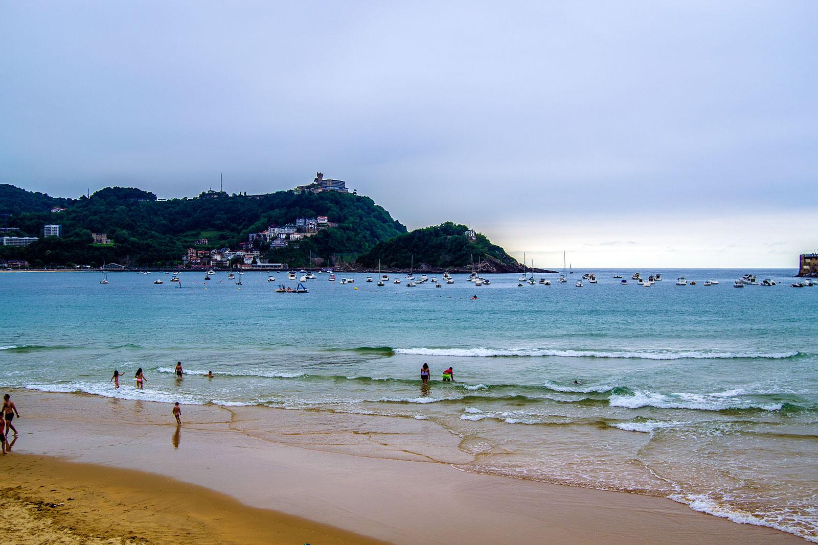 Monte Igueldo desde la playa de la Concha