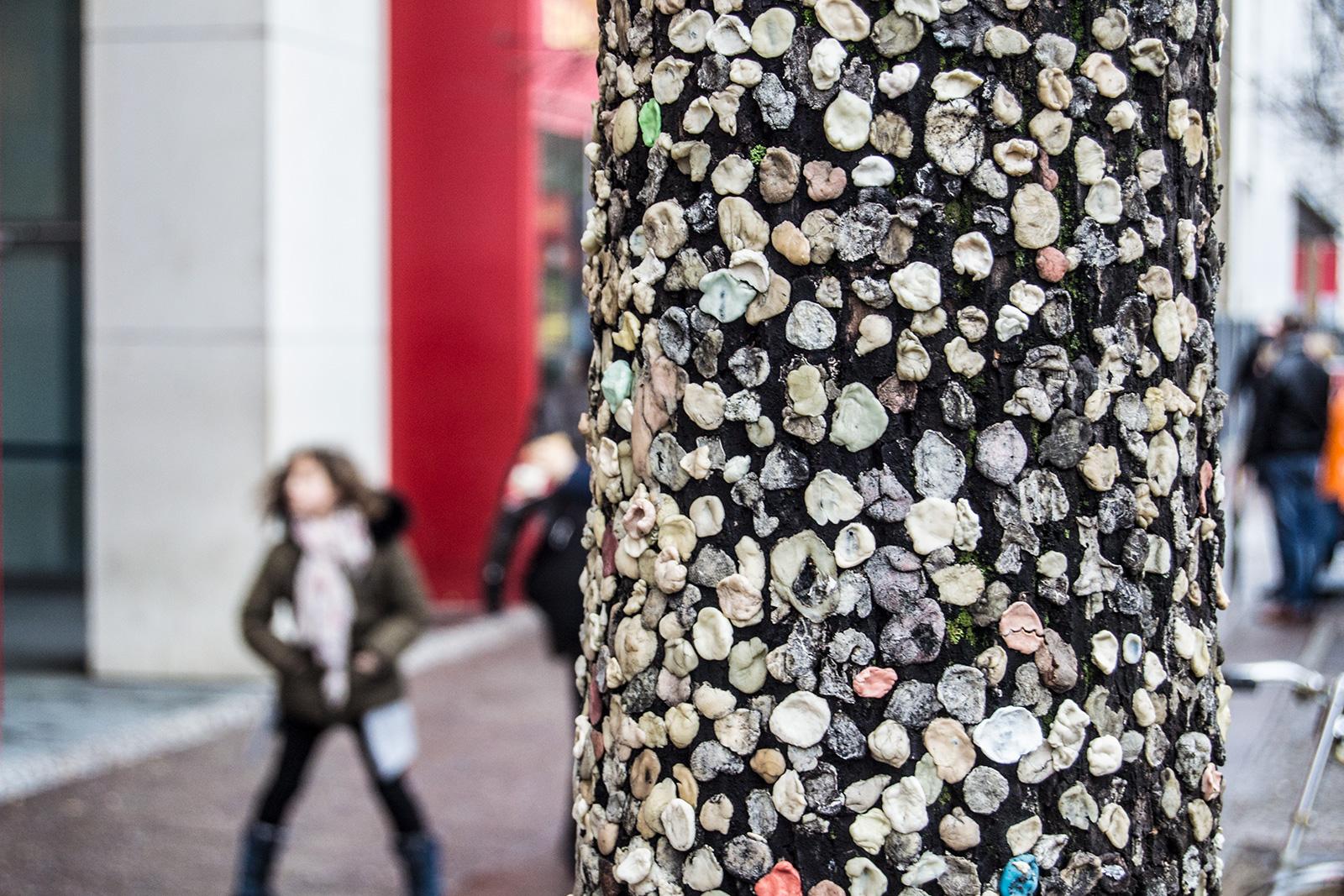 Muro completamente lleno de chicles