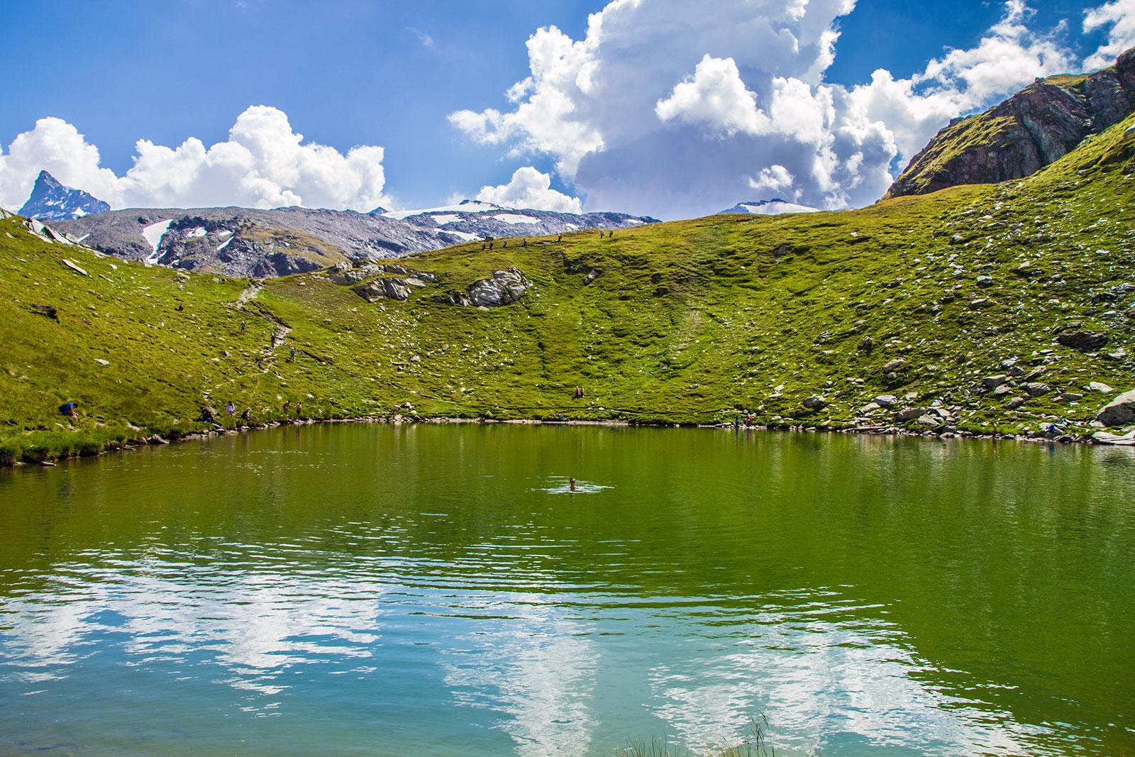 Nerea bañándose en un lago de un glaciar - Matterhorn Glacier Paradise