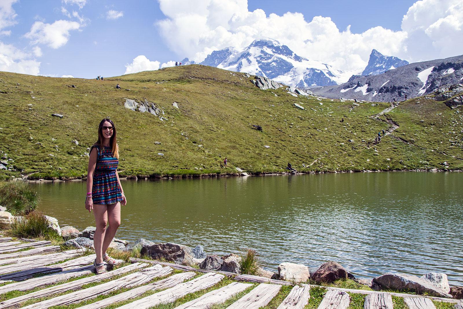 Nerea decidiendo si bañarse en el lago o no... - Matterhorn Glacier Paradise