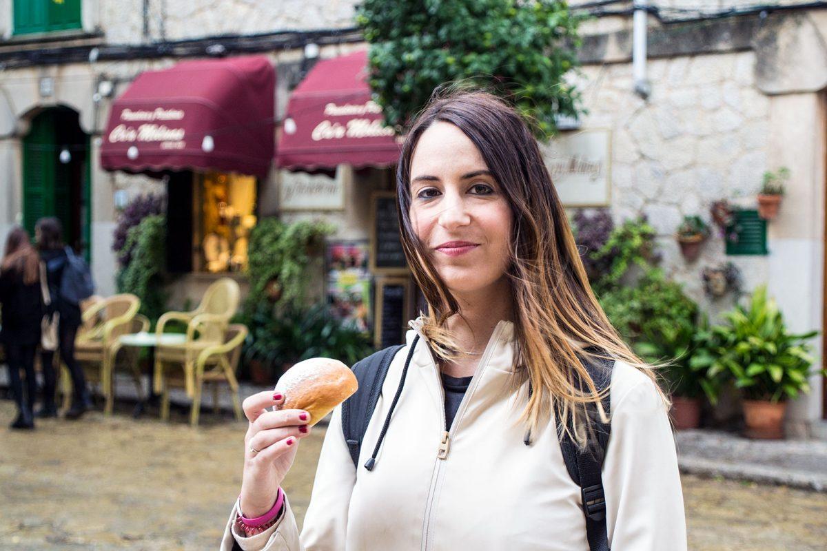 Nerea comiendo coca de patata de Valldemosa - Pueblos más bonitos de Mallorca