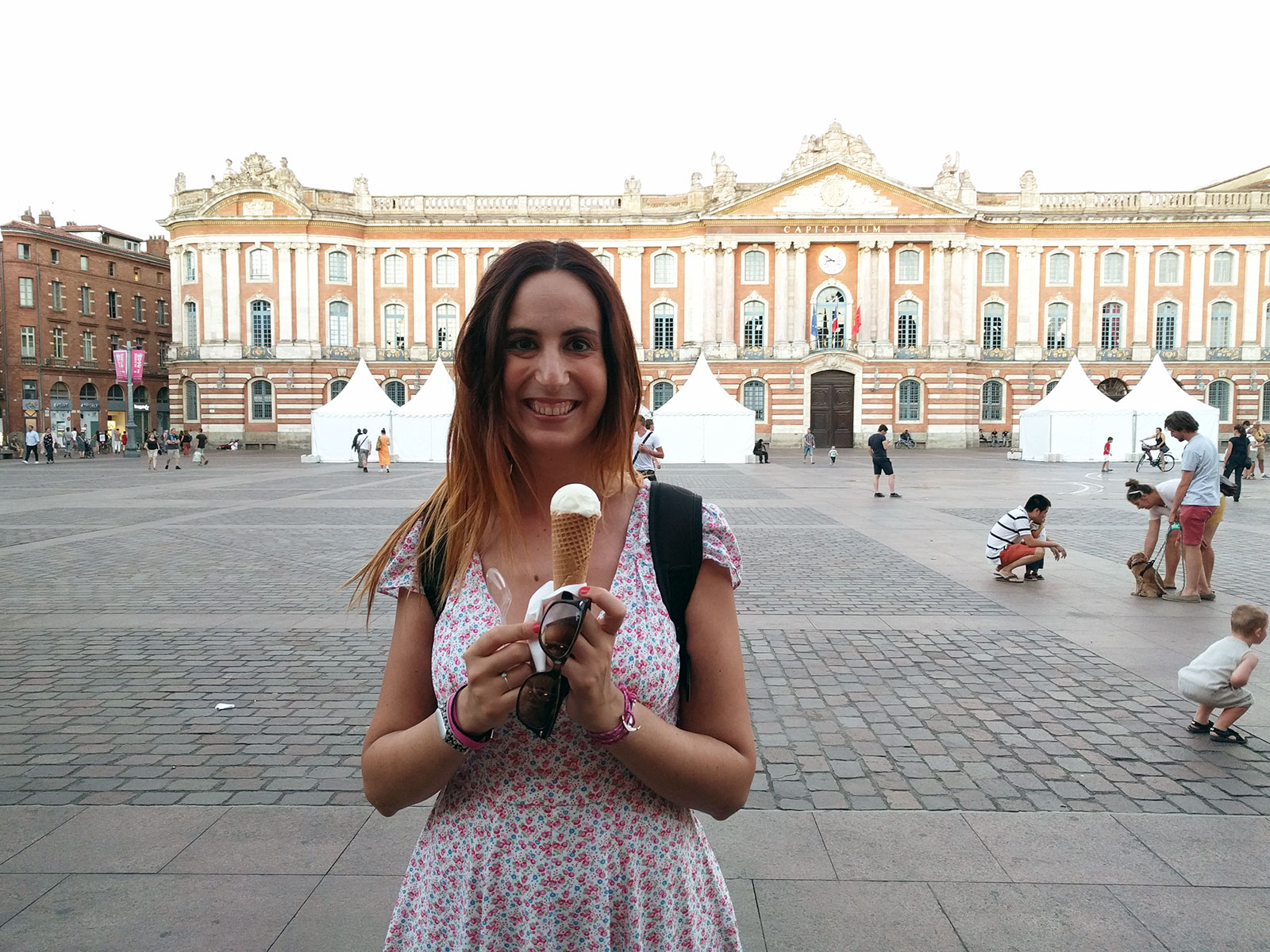 Nerea comiendo un helado de violeta en Toulouse