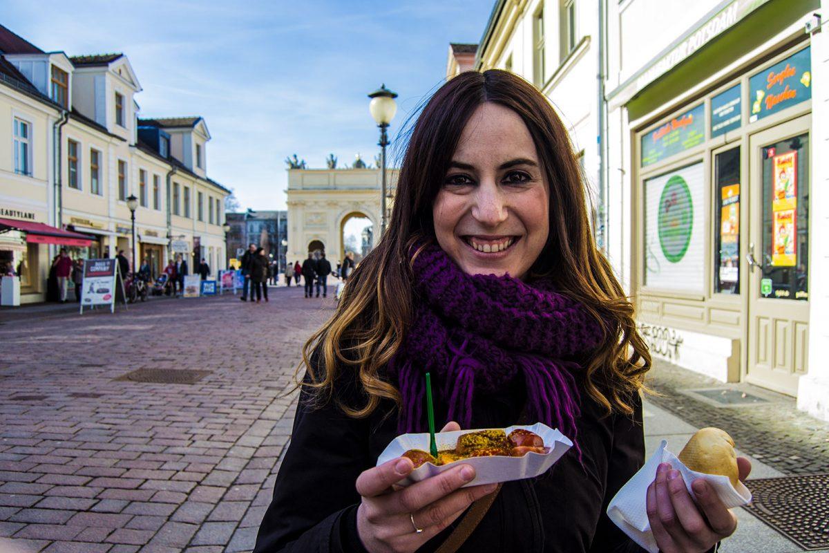 Nerea comiendo una currywurst en Postdam - día 3 en Berlín