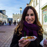 Nerea comiendo una currywurst en Postdam – día 3 en Berlín
