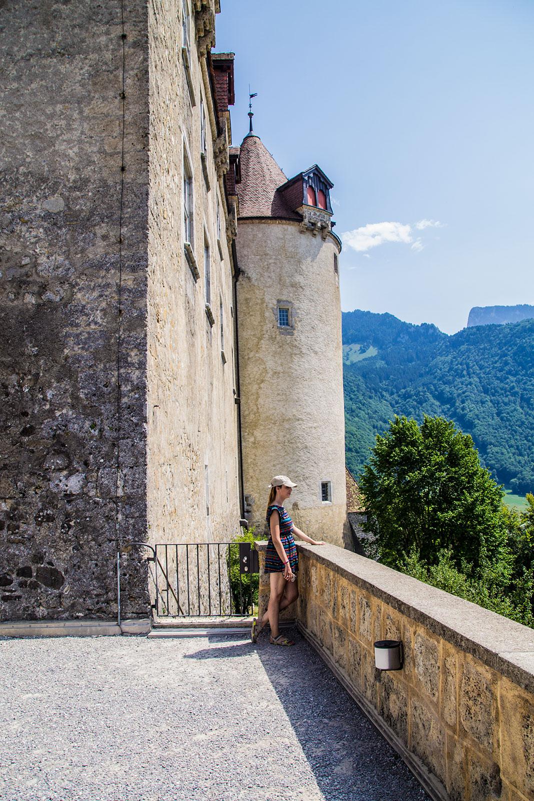 Nerea contemplando las vistas desde el castillo de Gruyères - qué ver en Gruyères