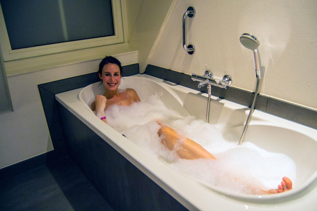 Nerea dándose un baño de espuma en el Inntel Zaandam