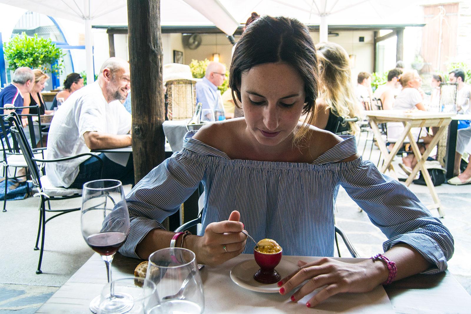 Nerea disfrutando de la crema catalana en Compartir Cadaqués - regreso Costa Brava