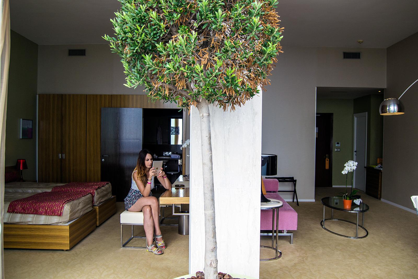 Nerea disfrutando de la tecnología del Grand Hotel de Cannes