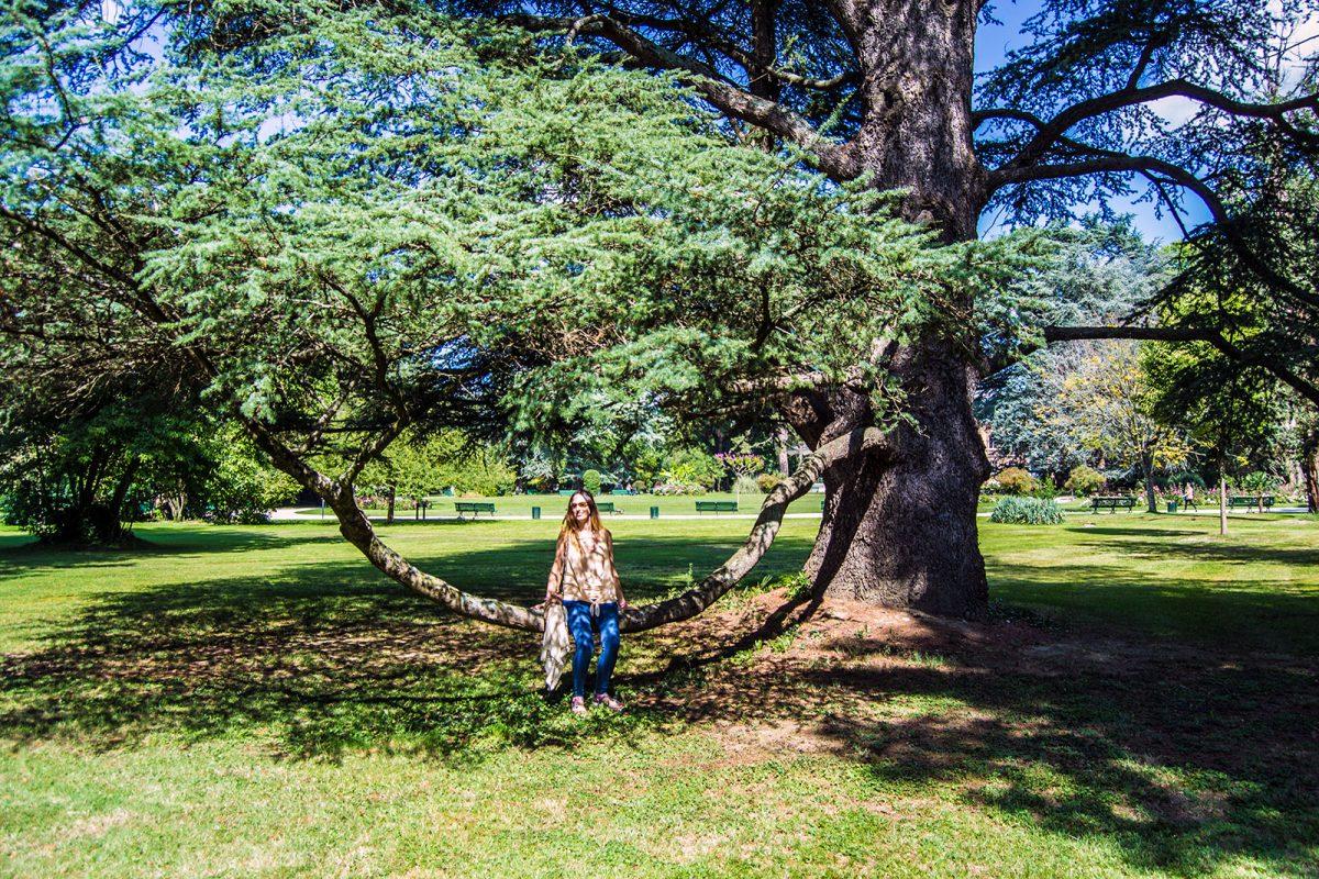 Nerea disfrutando en el Jardín Massey de Tarbes