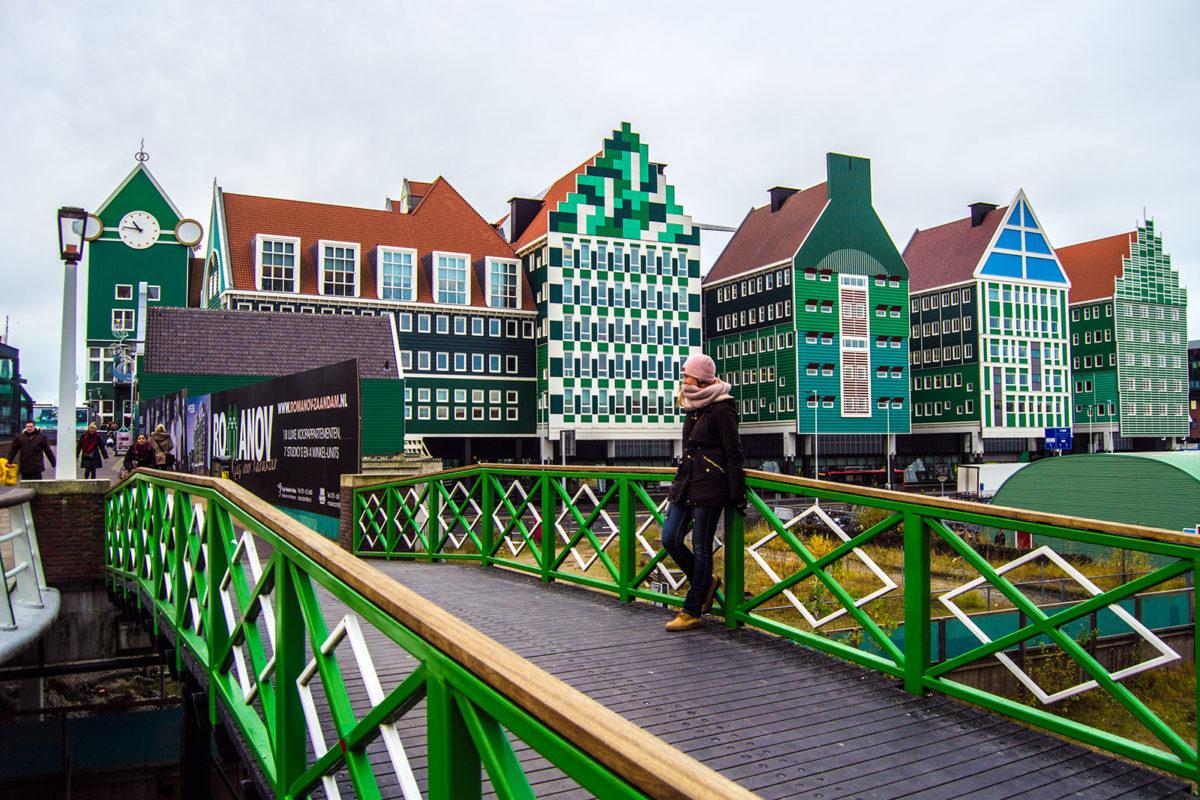 Nerea en el puente del hotel Inntel Zaandam
