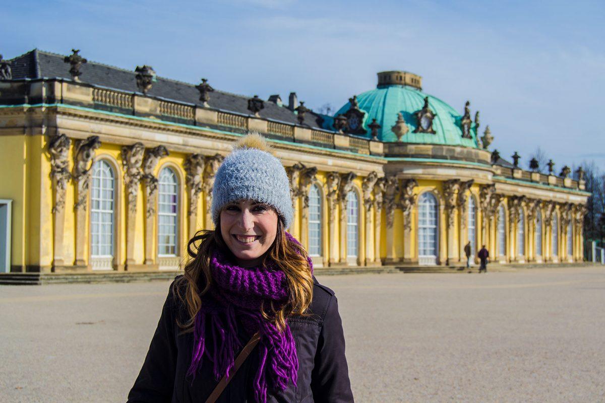 Nerea en la entrada del Palacio de Sanssouci - día 3 en Berlín