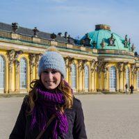 Nerea en la entrada del Palacio de Sanssouci – día 3 en Berlín