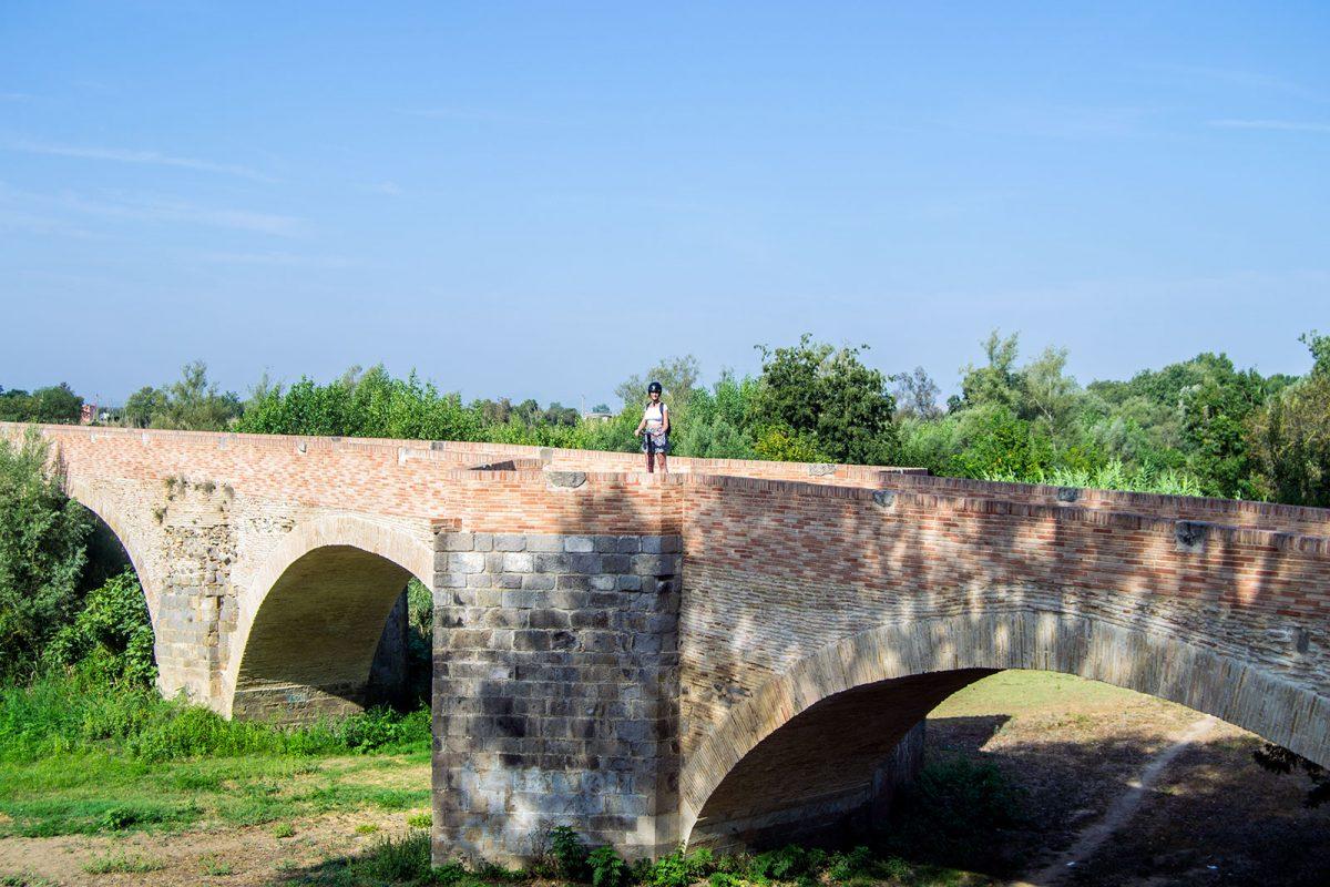 Nerea en segway en el puente - regreso Costa Brava
