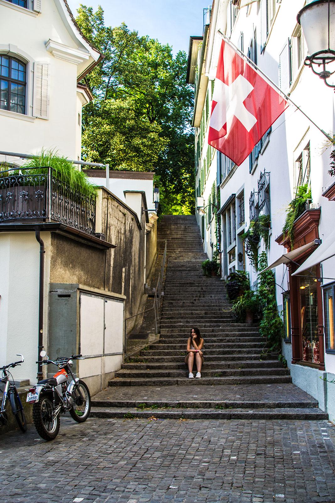 Nerea en unas escaleras de Zúrich - que ver en Zúrich